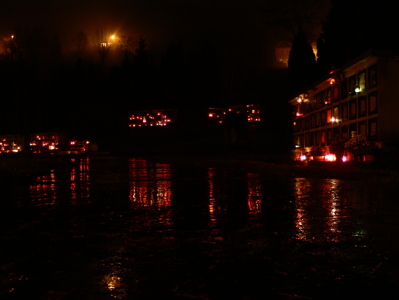 Dušičky s'agit plus d'une période sombre pour refléter que Halloween costumé.