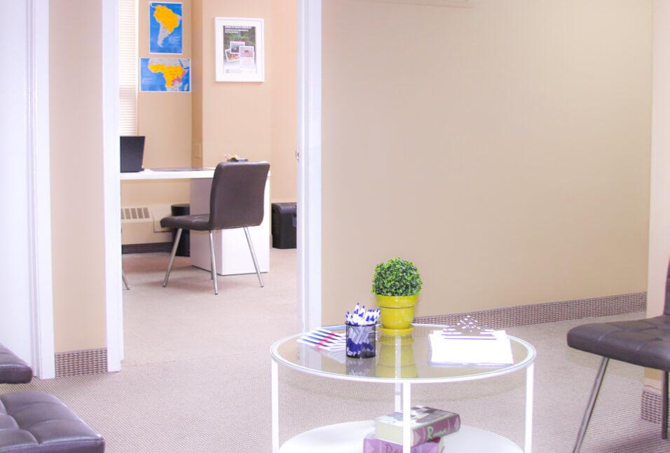 Entrée de l'édifice où est située la Clinique santé-voyage de Whitby, Ontario