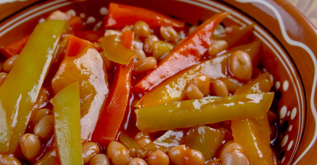 Bien qu'habituellement servie froid, le chakalaka peut parfois être servi chaud avec de la viande.