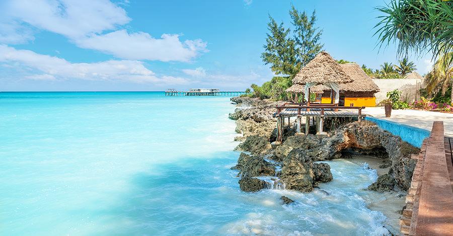 Zanzibar, la remarquable, est l'une des raisons de visiter la Tanzanie et ses richesses touristiques. Assurez-vous de les explorer en toute sécurité grâce aux vaccins et aux conseils de voyage de Passport Health.