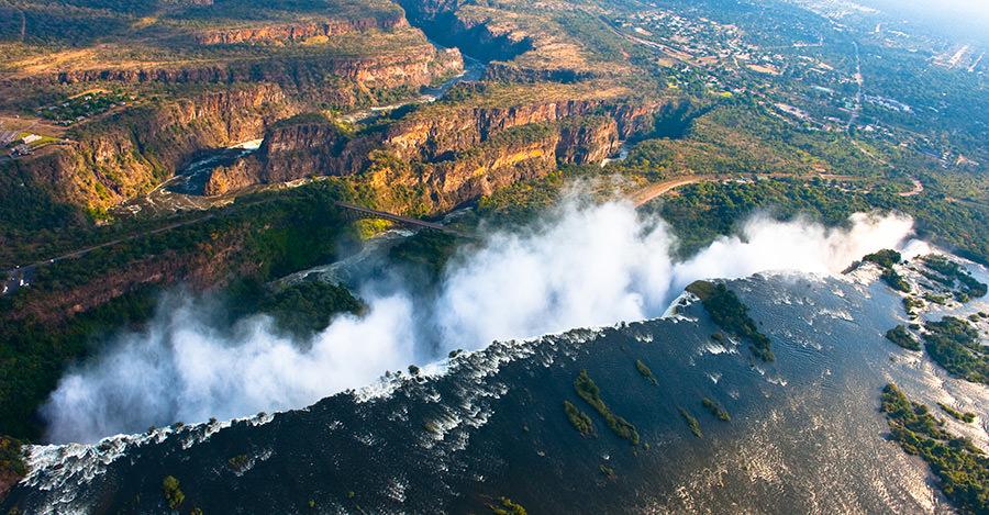 Les chutesVictoria sont spectaculaires et une des raisons de visiter le Zimbabwe. Assurez-vous de les explorer en toute sécurité grâce aux vaccins et aux conseils de voyage de Passport Health.