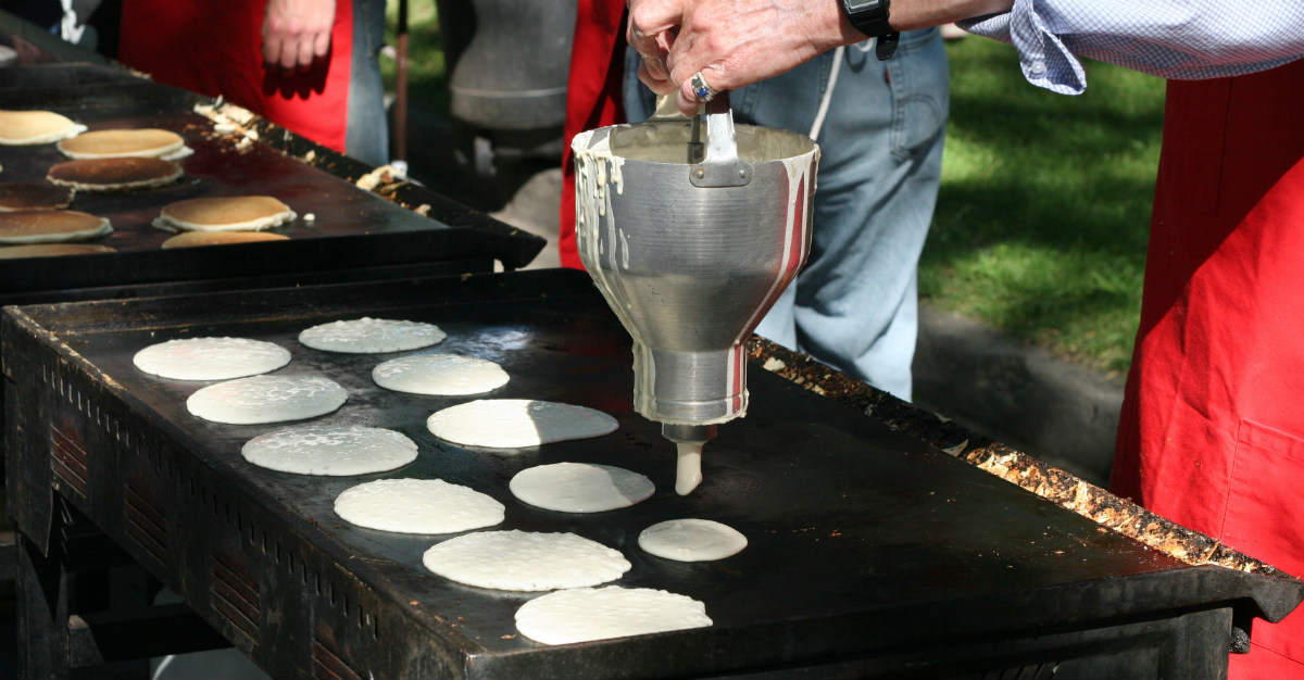 Les énormes déjeuners de crêpes constituent une tradition du Calgary Stampede.